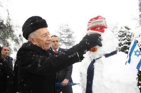 Президент Израиля лепит снеговика.