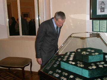 Е. Белуш у витрины с памятными монетами НБ РБ