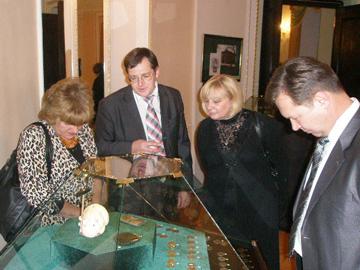 Директор музея Ю. Киткрко рассказывает об экспонатах выставки